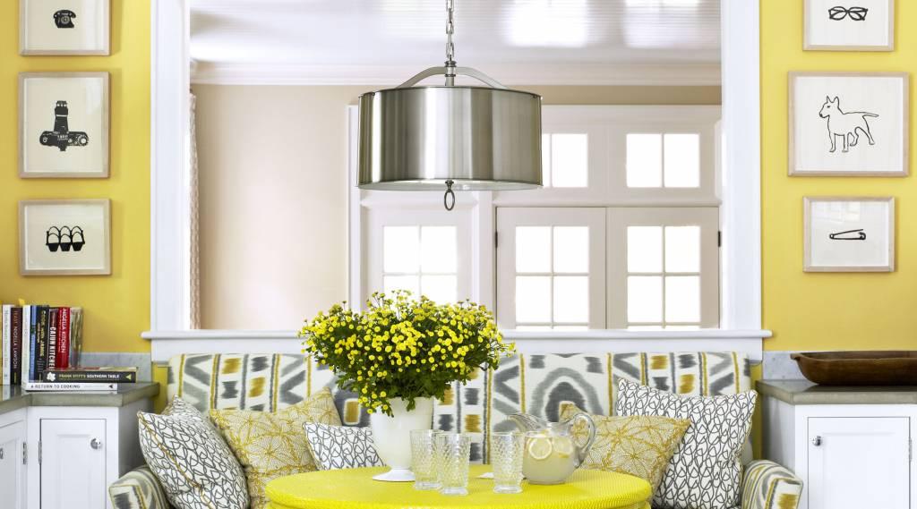 Parlak Sarı Renk Duvar Ve Uyumlu Bir Masayı Deneyin Deriz